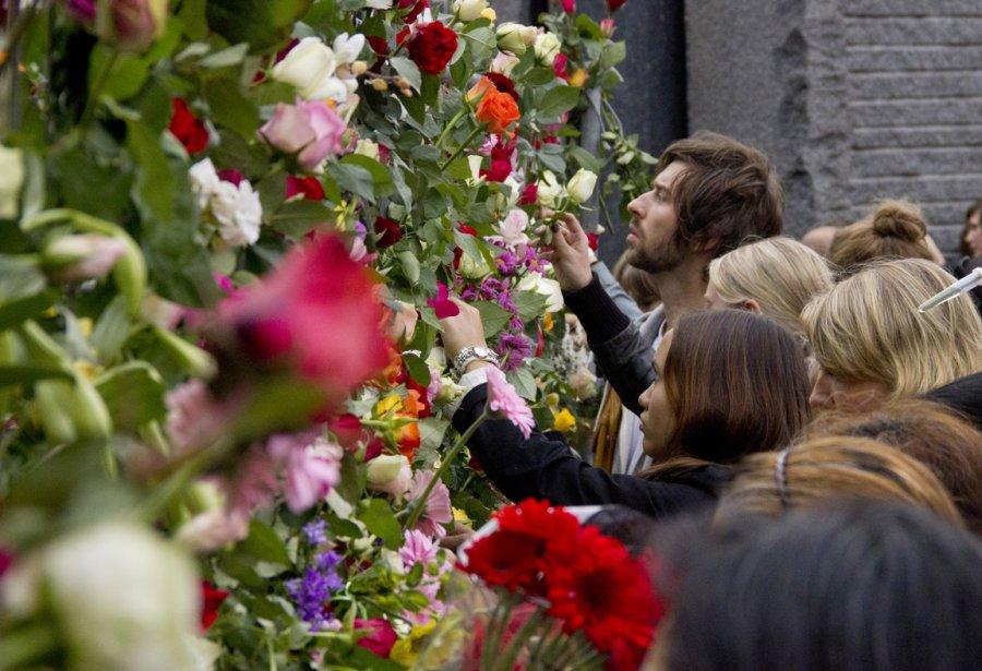 Des Dizaines de milliers de Norvégiens ont offert des fleurs aux victimes de Breivik. | 26 juillet 2011