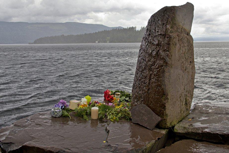 Des fleurs sont déposées tout près de l'île... (Photo: David Boily, La Presse)