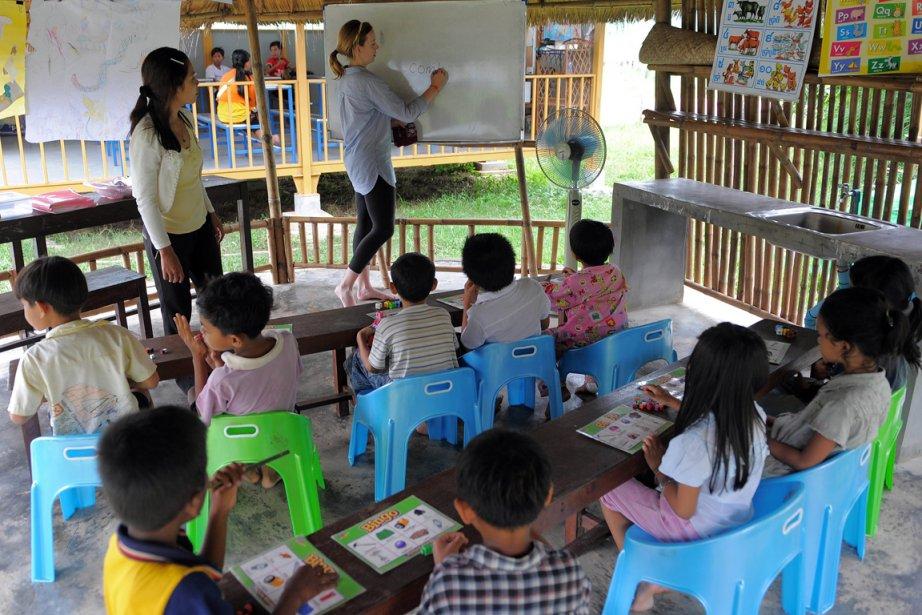 Une Américaine enseigne bénévolement dans un centre communautaire... (Photo Emmanuel Dunand, AFP)