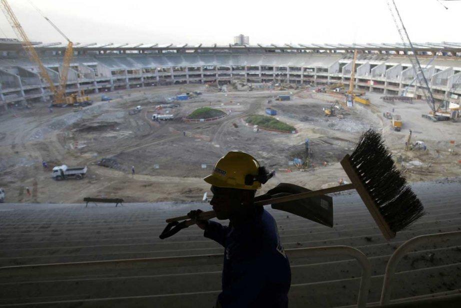 Des travailleurs s'affairent à la rénovation du stade... (Photo: Reuters)