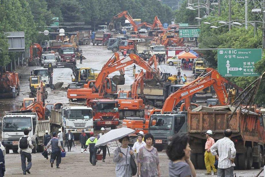 De la machinerie lourde est à pied d'oeuvre... (Photo: AP)