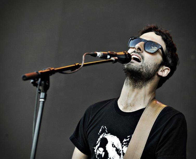 Karkwa sur la scène de la rivière. Le chanteur Louis Jean Cormier. | 30 juillet 2011