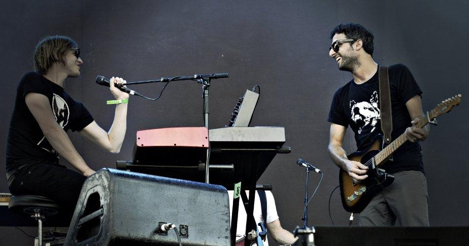 Karkwa sur la scène de la rivière. Le chanteur Louis Jean Cormier. Au clavier: François Lafontaine. | 30 juillet 2011