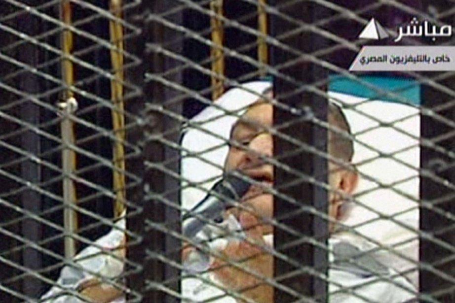 L'ancien président égyptien Hosni Moubarak, couché sur une... (Photo AFP)