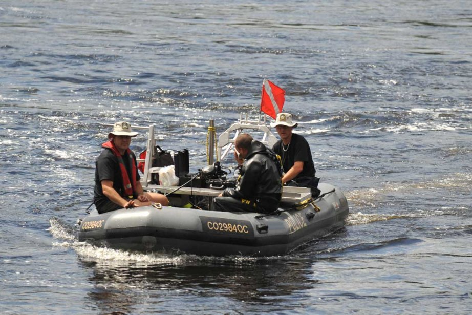 Une équipe de plongeurs de la Sûreté du... (Photo: Steve Deschênes, Le Soleil)