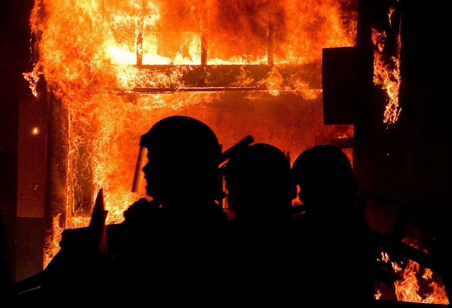 De violentes émeutes ont secoué dans la nuit... (Photo: AFP)