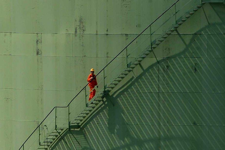 Les stocks de pétrole ont baissé de façon spectaculaire et... (Photo AFP)