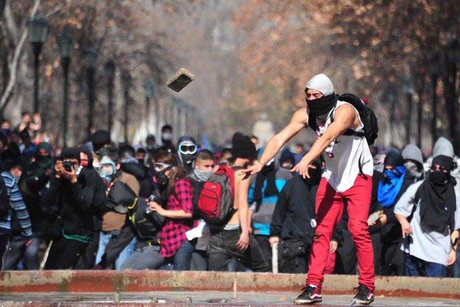 Un étudiant lance une brique lors d'une manifestation... (Photo Martin Bernetti, AFP)