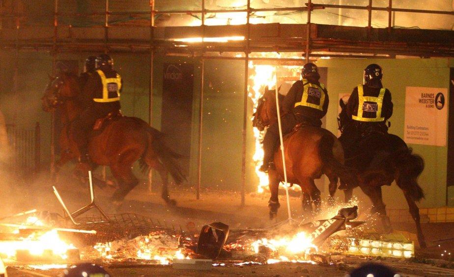 Le rôle des réseaux sociaux dans les émeutes... (Photo AP)