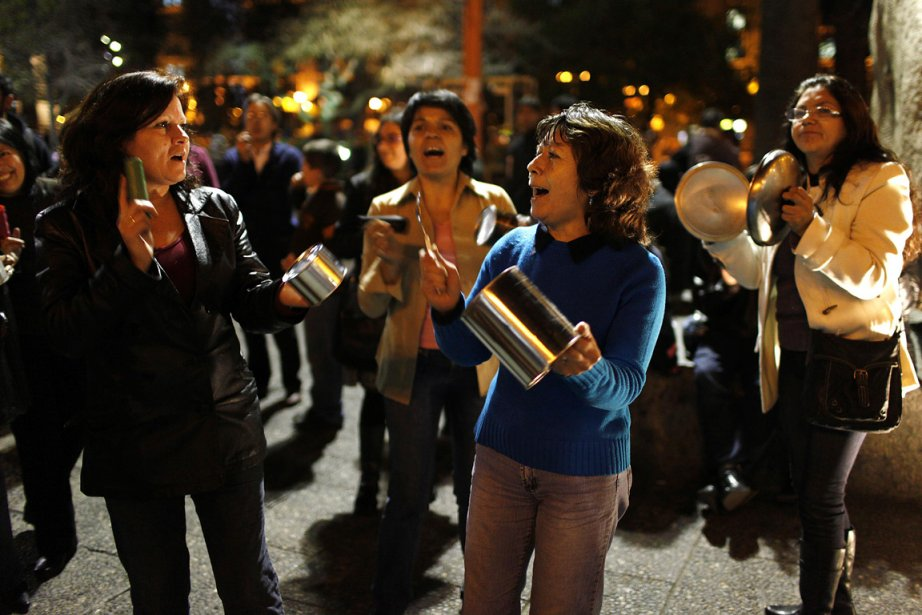 Des milliers d'habitants de Santiago ont sorti casseroles,... (Photo: AP)