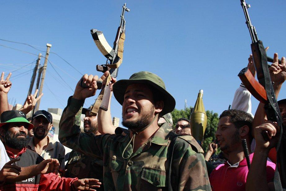 Des rebelles libyens se réjouissent d'avoir pris la... (Photo: Reuters)