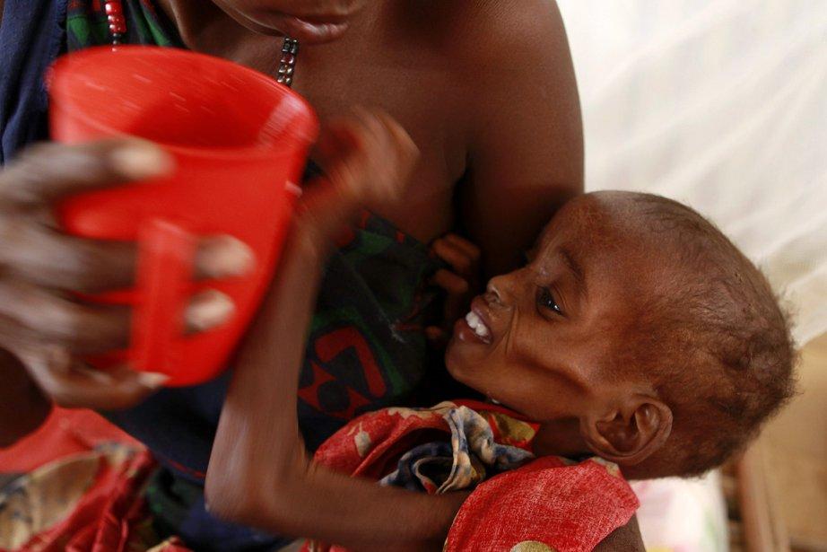 Une mère tente de nourrir son enfant au... (Photo: Reuters)