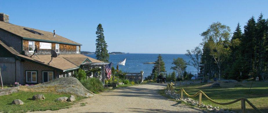 En arrivant au Goose Cove Resort, au bout d'un chemin de terre, la mer s'étend devant nous, derrière une longue plage de cailloux et entre des falaises et des forêts de conifères. (Hugo de Grandpré, La Presse)