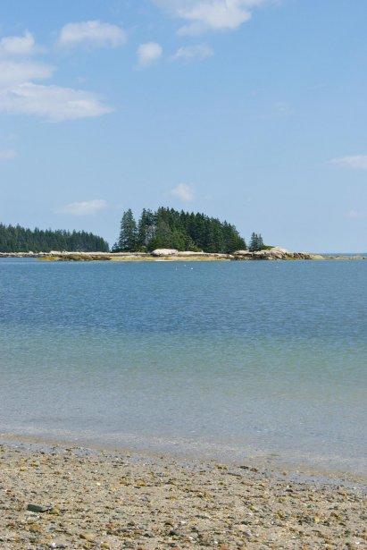Il fait soleil et ici, l'eau est presque verte. Mais elle n'est aussi pas mal froide. Pas de baignade aujourd'hui. (Hugo de Grandpré, La Presse)