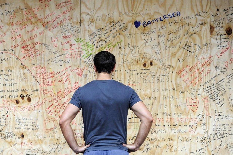Un jeune homme lit des messages d'incompréhension et... (Photo: AFP)