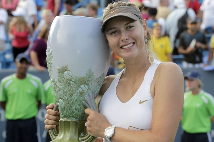 Maria Sharapova pose avec le trophée de la... (Photo: Reuters)
