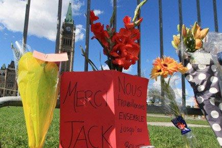 Des fleurs et des cartes en hommage à... (Photo: PC)