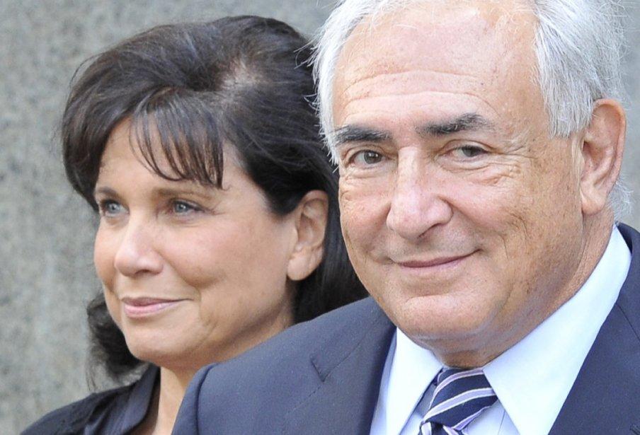 Dominique Strauss-Kahn et son épouse, Anne Sinclair, quittant... (AFP)
