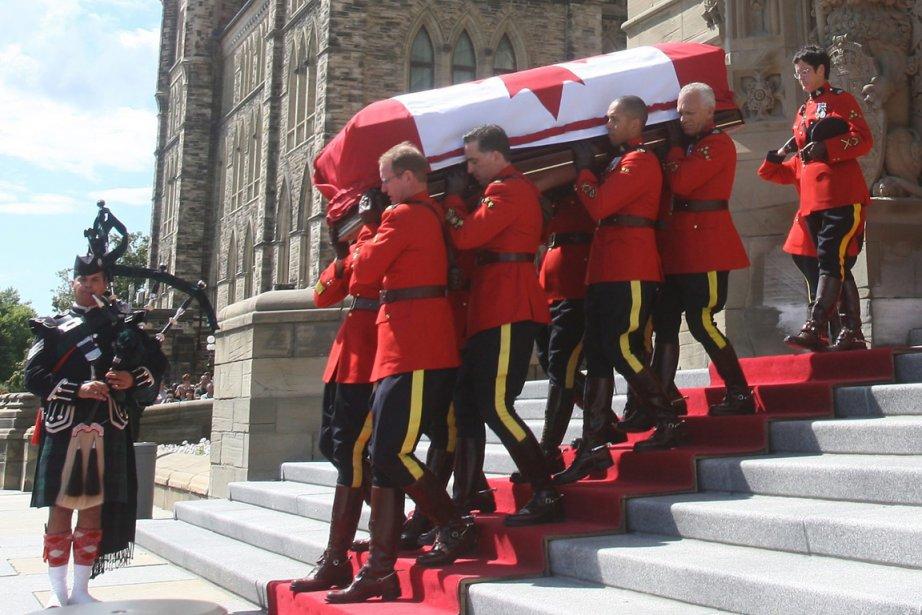 Le cercueil de Jack Layton est porté hors... (Photo Ryan Remiorz, PC)