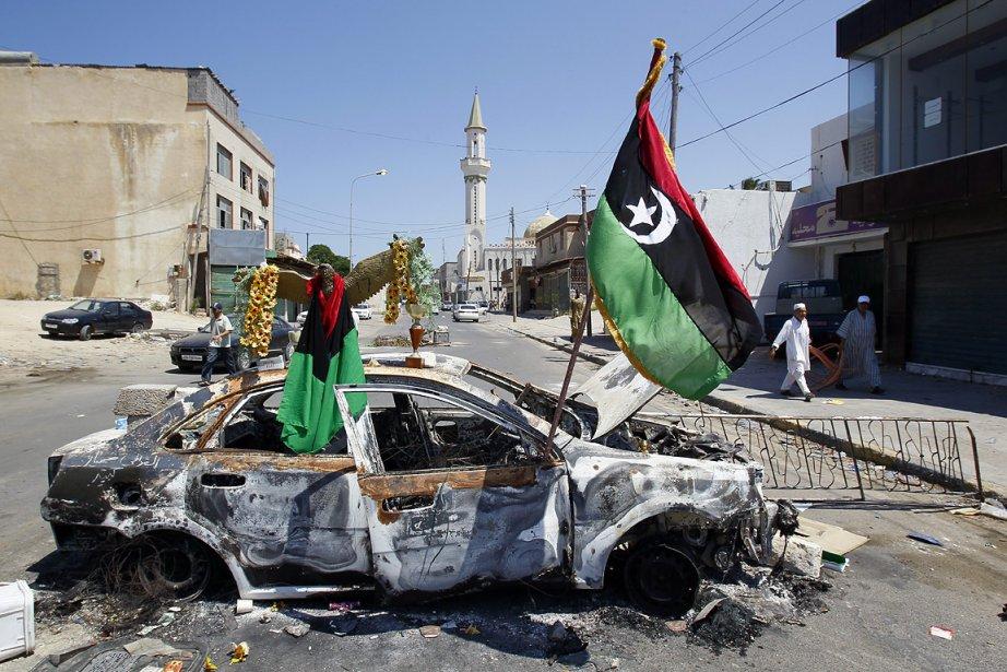 Le drapeau des rebelles libyens flotte à un... (Photo: AP)