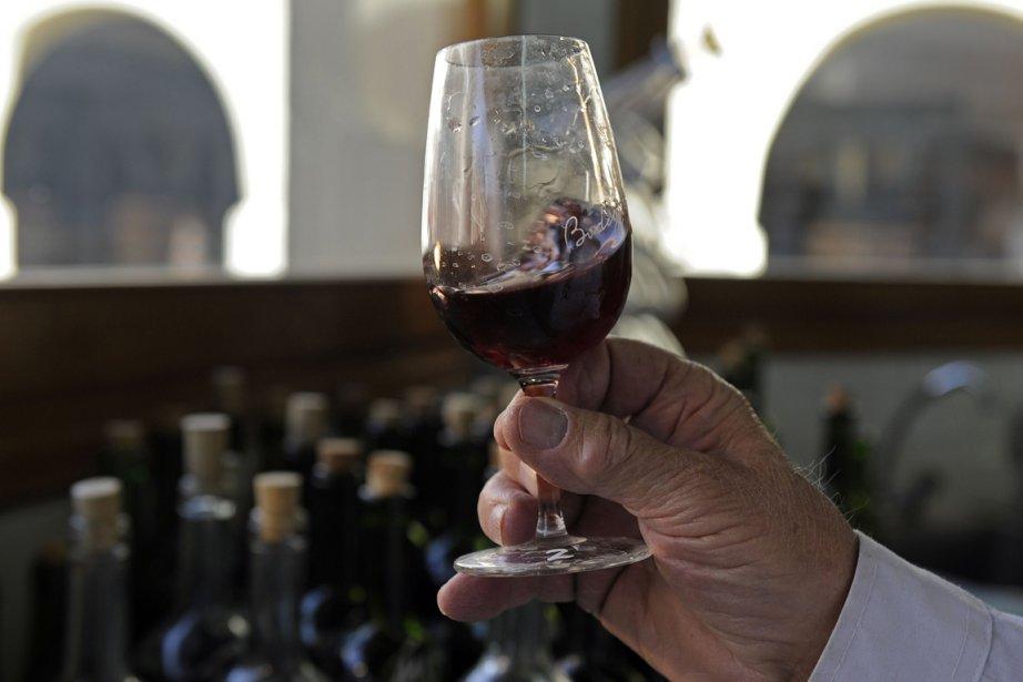 «J'aime prendre une coupe de vin rouge en préparant le souper»,... (Photo: AFP)