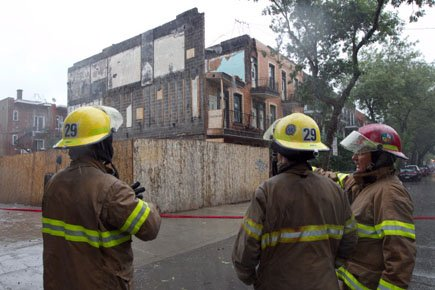 Le mur d'un immeuble en rénovation est tombé... (Photo: Hugo-Sebastien Aubert, La Presse)