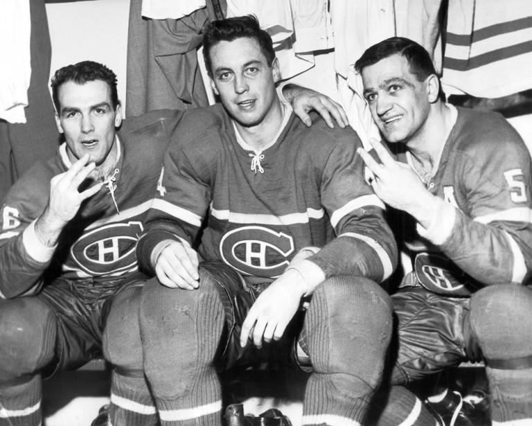 Jean Béliveau avec Henri Richard (16) et Bernard Geoffrion (5) après une victoire en 1961. (Paul-Henri Talbot, Archives La Presse)