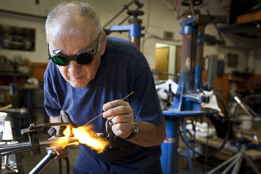 À 74 ans, Giuseppe Marinoni fabrique et peinture... (Photo: Olivier Pontbriand, collaboration spéciale)