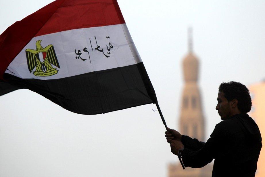Un Égyptien fait flotter le drapeau de son... (Photo: AFP)