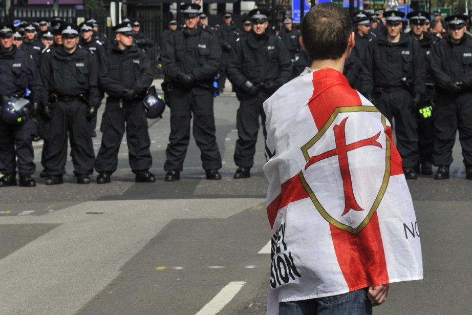 Enveloppé dans un drapeau représentant de l'English Defence... (Photo: Reuters)