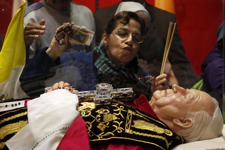 Une femme embrasse la cloche de verre qui... (Photo:Eduardo Verdugo, AP)