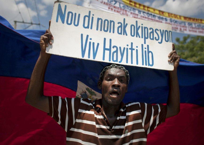 Des Haïtiens réclamant le départ des casques bleus des Nations unies ont...