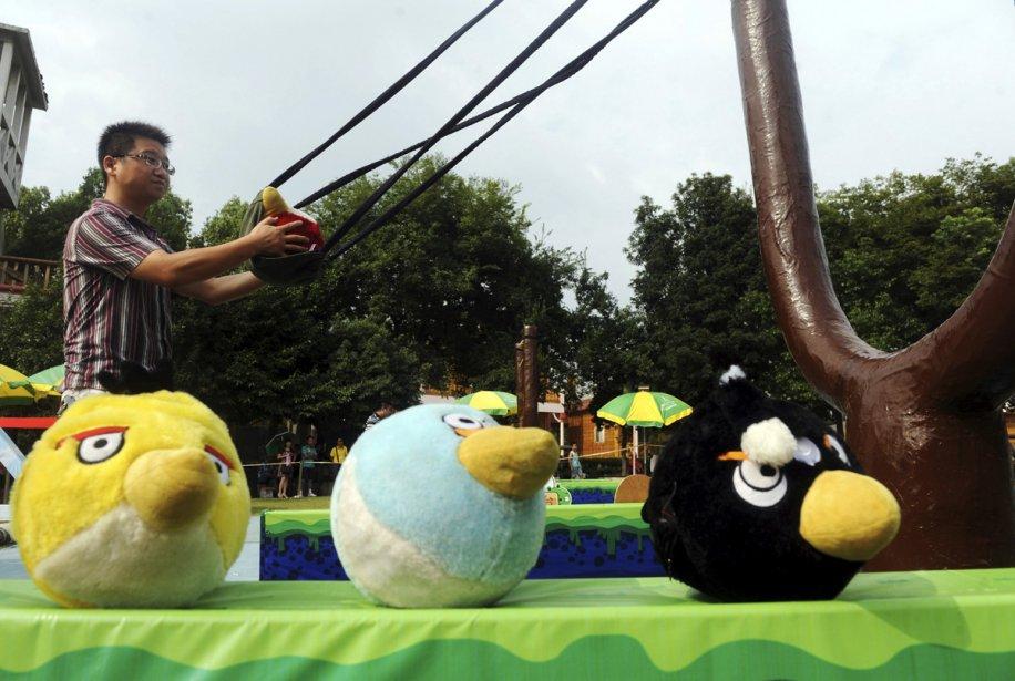 Un Chinois se prépare à lancer une peluche... (Photo: Reuters)