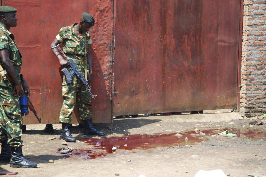 Deux agents des forces de l'ordre burundaises observent... (Photo: Reuters)
