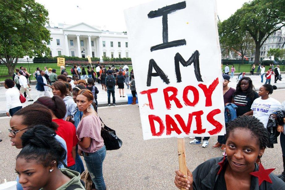 Des manifestants ont marché devant la Maison-Blanche pour... (Photo: AFP)