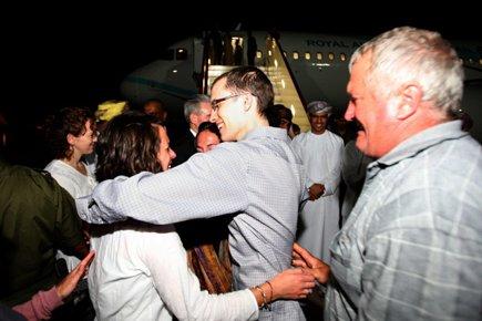 Shane Bauer est accueilli par sa famille et... (Photo: AFP)