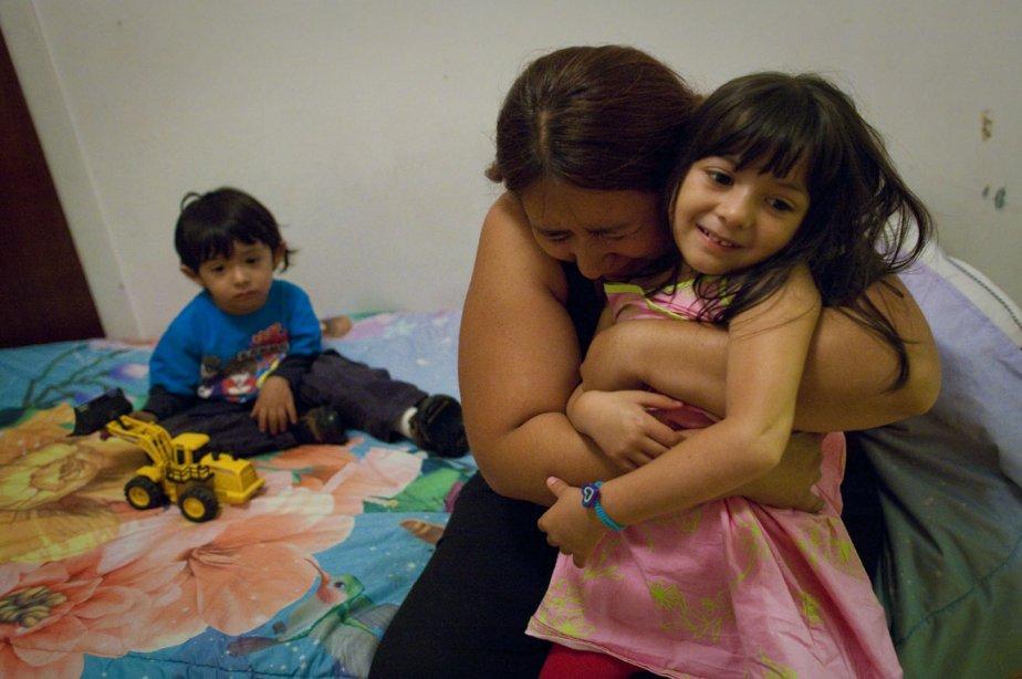 La Mexicaine Paola Ortiz pleure avec ses enfants... (Photo: André Pichette, La Presse)