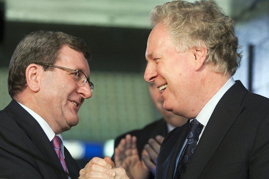 Aux côtés de Jean Charest, le maire de... (Photo: PC)