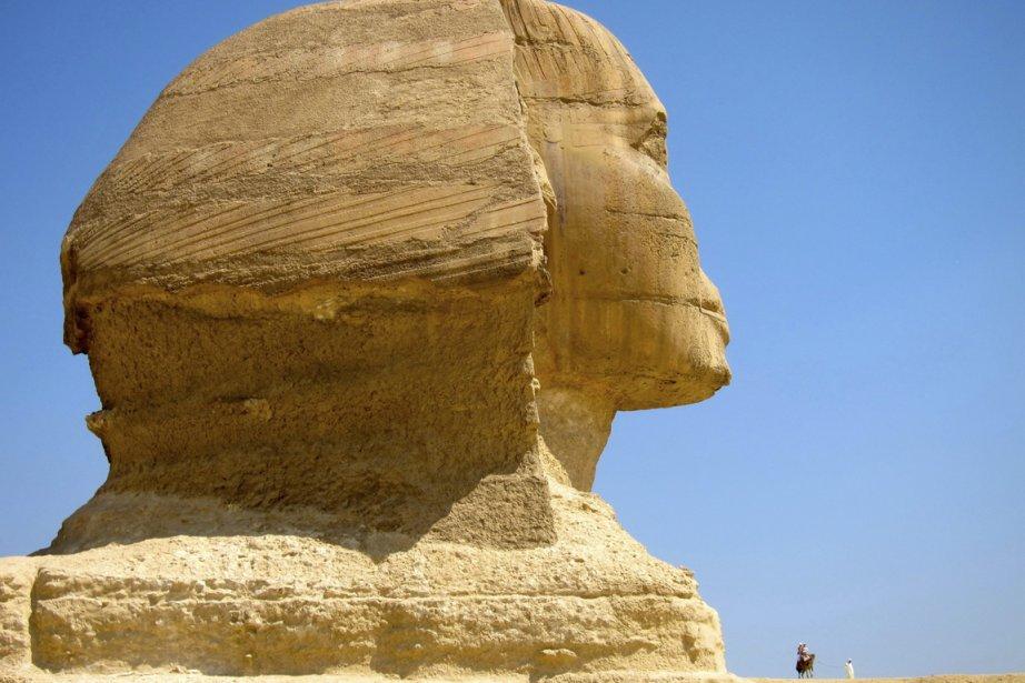 Un touriste près du Sphinx à Giza... (Photo: AP)