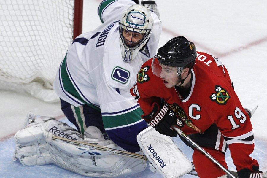 Roberto Luongo, des Canucks de Vancouver, et Jonathan... (Photo: Reuters)