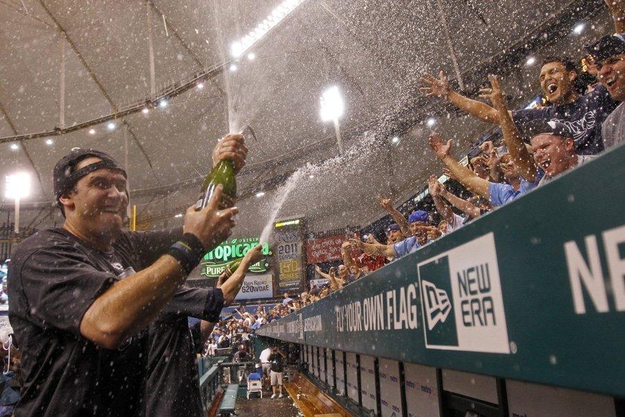 Evan Longoria a aspergé les fans des Rays... (Photo: AP)