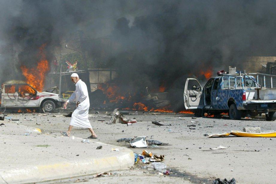 Un homme marche devant la scène de l'attentat... (Photo: Marwan Ibrahim, AFP)