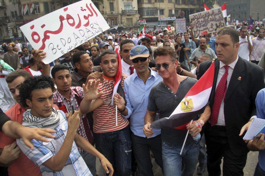 L'acteur américain Sean Penn et Khaled al-Nabawi (au... (Photo: Mahmoud Bakry, AP)