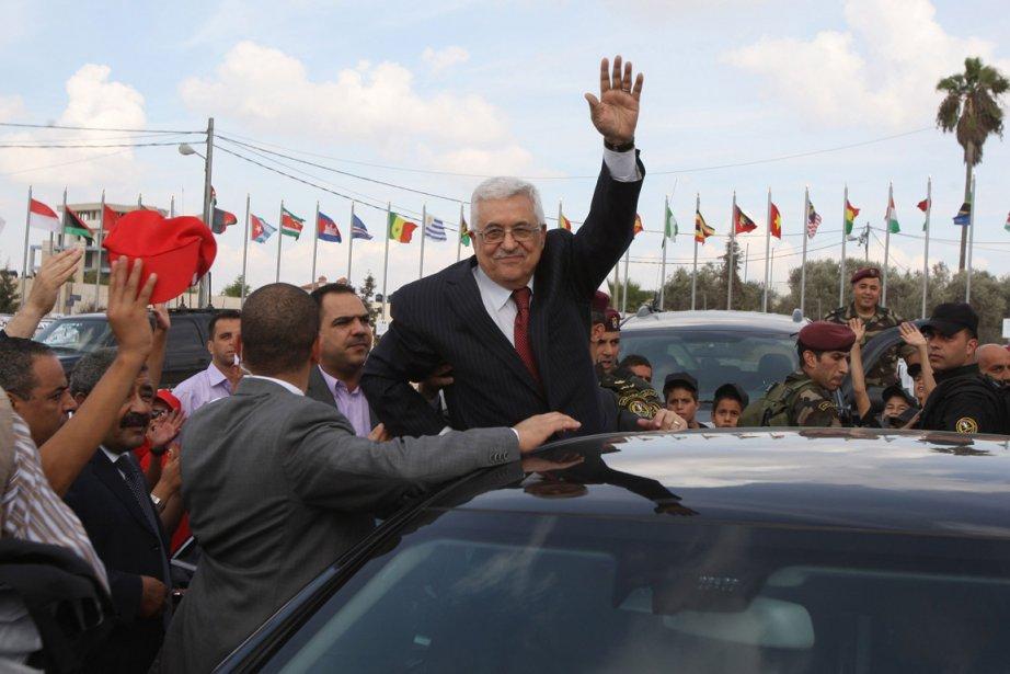 Le président palestinien Mahmoud Abbas salue des partisans...