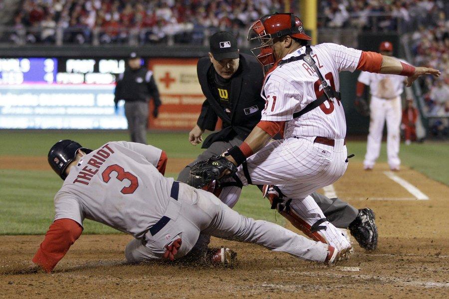 Ryan Theriot, des Cardinals, a glissé sauf au... (Photo: AP)