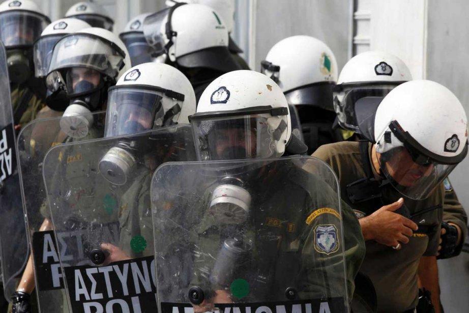 Des dizaines de milliers de fonctionnaires grecs ont manifesté mercredi à...