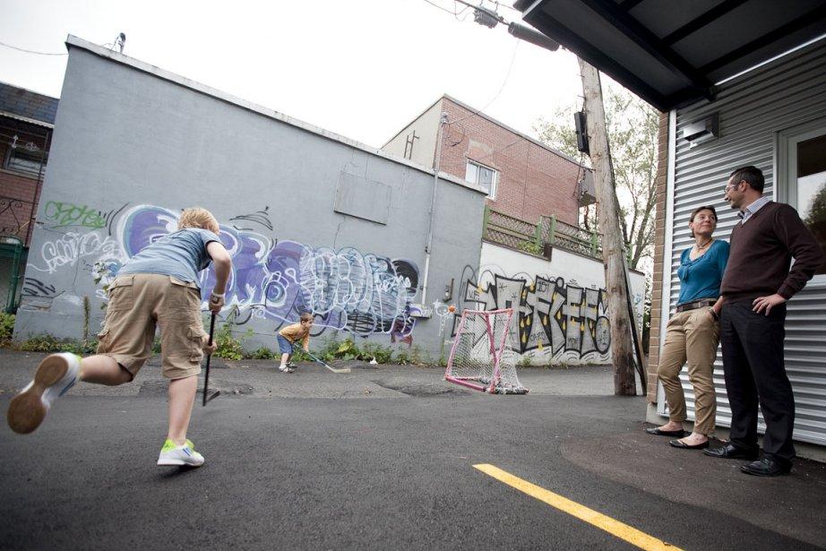 Baptiste et Arthur jouent dans la ruelle à... (Photo: Hugo-Sébastien Aubert, La Presse)