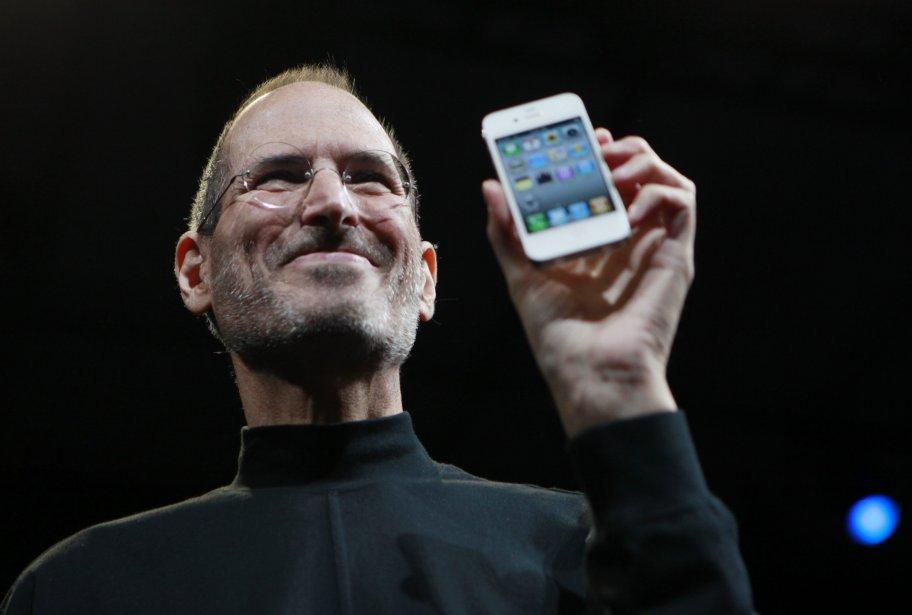 Steve Jobs présente un iPhone en juin 2010.... (AP)