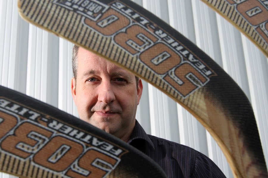 Le bâton de hockey en bois semble encore... (Photo Stéphane Champagne)