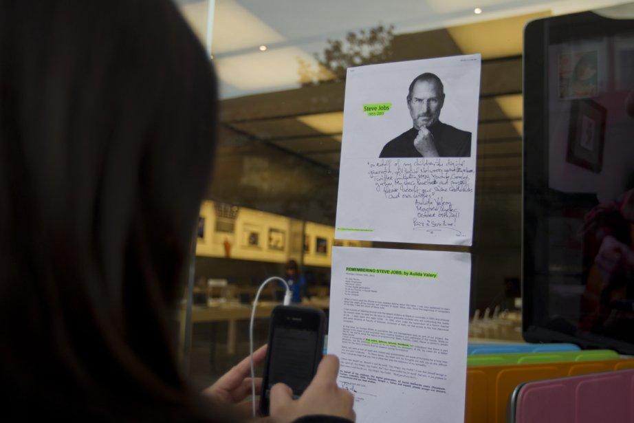 À Montréal, plusieurs personnes se sont présentées devant le Apple Store pour rendre hommage au fondateur d'Apple. (Photo: Ivanoh Demers, La Presse)